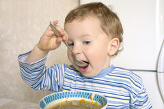 мальчик есть суп стоковые фотографии rf
