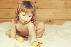 Мальчик есть яблоки стоковые фото