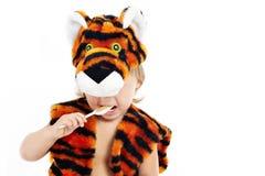 мальчик ест тигра костюма каши стоковое изображение