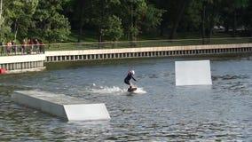 Мальчик ехать wakeboard в парке