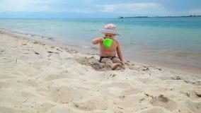 Мальчик играет на пляже в песке, морем видеоматериал