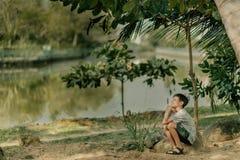 Мальчик играет на утесах стоковые изображения rf