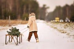 Мальчик играет со скелетонами снаружи в зиме стоковое изображение rf