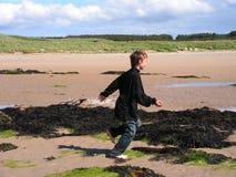 мальчик играя бежать Стоковые Фотографии RF