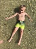 мальчик играя воду стоковое изображение