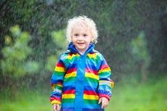 Мальчик играя в дожде Стоковое Изображение RF