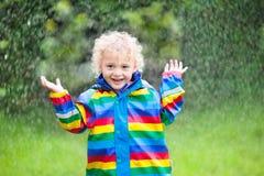 Мальчик играя в дожде Стоковое фото RF
