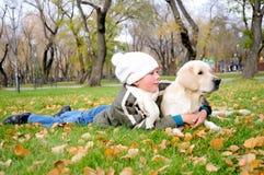 Мальчик играя в парке осени стоковое изображение