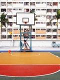 Мальчик играя в спортивной площадке в имуществе радуги в Гонконге стоковые фотографии rf