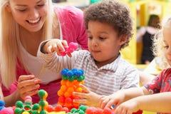 мальчик играя детенышей женщины стоковые изображения