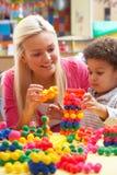 мальчик играя детенышей женщины Стоковая Фотография RF