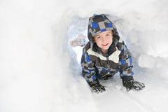 мальчик играя детенышей снежка стоковая фотография rf