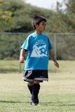 мальчик играя детенышей футбола Стоковая Фотография