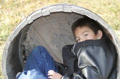 мальчик играя детенышей стоковое фото
