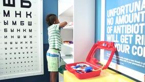 Мальчик играя доктора на медицинском офисе акции видеоматериалы