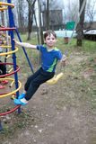 мальчик играя качание стоковые фотографии rf