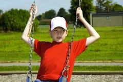 мальчик играя качание стоковые фото