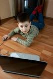 Мальчик играя компютерную игру Стоковое фото RF