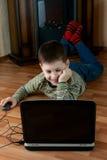 Мальчик играя компютерную игру Стоковые Фото