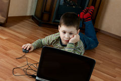 Мальчик играя компютерную игру Стоковые Изображения RF