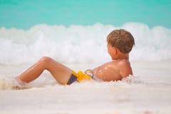 мальчик играя море стоковые фотографии rf