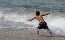 мальчик играя море Стоковое Фото
