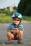Мальчик играя мраморы Стоковое Изображение