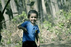 Мальчик играя на парке кокоса на пляже стоковые фотографии rf