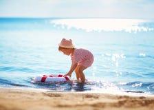 Мальчик играя на пляже в шляпе стоковая фотография rf