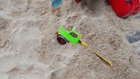 Мальчик играя на пляже с песком на Атлантическом океане акции видеоматериалы