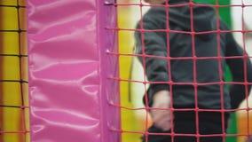 Мальчик играя на спортивной площадке видеоматериал