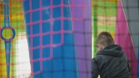 Мальчик играя на спортивной площадке сток-видео