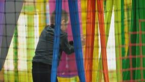 Мальчик играя на спортивной площадке акции видеоматериалы