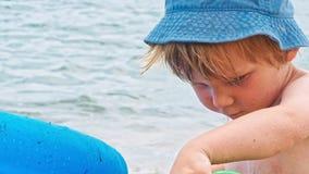 Мальчик играя около моря акции видеоматериалы
