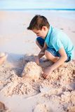 мальчик играя песок Стоковое Фото