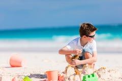 мальчик играя песок Стоковые Изображения RF