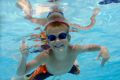 мальчик играя под водой Стоковые Фотографии RF