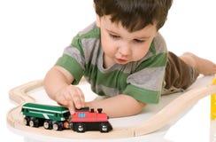 мальчик играя поезд комплекта Стоковое фото RF