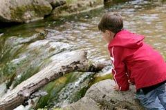 мальчик играя реку Стоковые Изображения RF