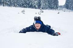 мальчик играя снежок Стоковое фото RF