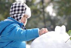 мальчик играя снежок Стоковое Фото