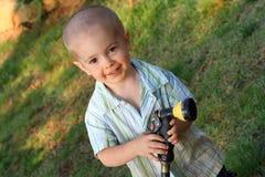 мальчик играя спринклер Стоковая Фотография