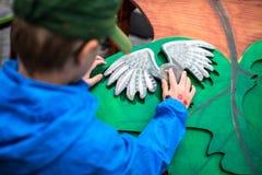 Мальчик играя с деревянными игрушками стоковое изображение