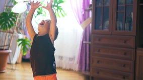 Мальчик играя с много пестроткаными baloons, замедленное движение Крытый акции видеоматериалы