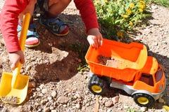 Мальчик играя с пластичным автомобилем игрушки стоковые изображения