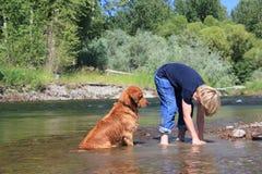 Мальчик играя с собакой Стоковые Изображения