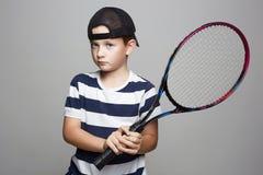 Мальчик играя теннис Дети спорта стоковые изображения rf