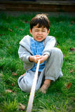 мальчик играя детенышей войны гужа Стоковые Изображения RF