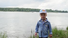 Мальчик идет вдоль реки ребенок бежит вокруг озера ( счастливый младенец играя около воды видеоматериал