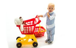 мальчик идет ходить по магазинам с полной тележкой ходить по магазинам для детей счастливые детство и забота сбережения на приобр стоковые фото